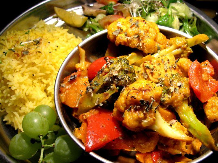 Ein indisches Gemüsecurry in rein pflanzlicher Version - mit diesem Rezept holen Sie sich die exotischen Aromen direkt in Ihre Küche!