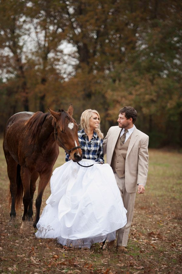 Country Wedding Couple With Horse GREAT photo op + that plaid to keep warm. CUUUTE.