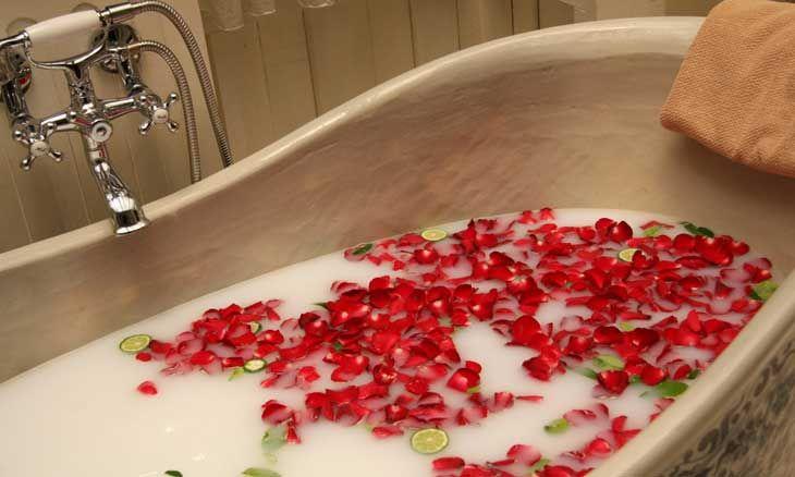Una vasca con fiori e sali da bagno.  Non male no?