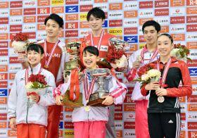 個人総合で優勝した女子の村上茉愛(前列中央)、男子の内村航平(後列中央)。前列左は女子2位の杉原愛子、同右は3位の梶田凪。後列左は男子2位の田中佑典、同右は3位の白井健三(9日、東京体育館)=共同 / プロ初戦の内村が10連覇、女子は村上が優勝 体操全日本選手権 − 日本経済新聞  2017/4/9 20:36 #体操 #内村航平