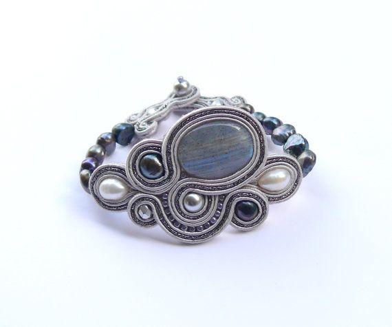 Reina de las Nieves. Pulsera Labradorita, perlas de Swarovski y perlas de agua dulce naturales en mano bordado soutache.