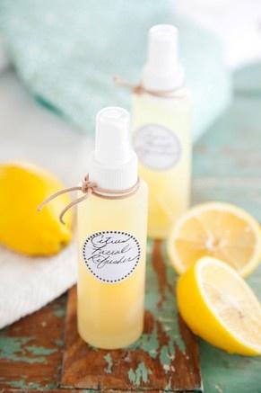 Faciale rafraichissant au citron: 2 tasses d'eau, 1 comprimé de vitamines C, la pelure de deux citrons, 4 (4 oz.) bouteille de spray. Directions: Dans un chaudron, portez l'eau à ébullition. Ajoutez la vitamine C et brassez pour dissoudre. Dans un bol de verre ajoutez les pelures. Versez l'eau chaude sur les pelures et couvrez avec de la pellicule de plastique. Laissez reposer pendant une nuit sur le comptoir. Versez le mélange dans chaque contenants et y ajouter un petit morceau de pelure.