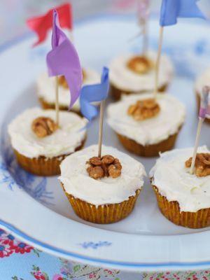 Nyckeln till att göra grymt goda morotscupcakes är att krydda smeten ordentligt. Leila gillar ingefära, men man kan variera kryddningen med både malen nej...
