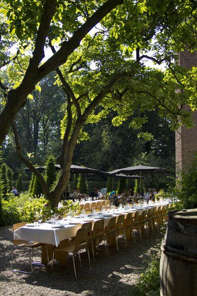 Landelijk en idyllisch. Een prachtig verborgen trouwlocatie in Amsterdam. De bruiloft en het diner buiten onder de bomen.