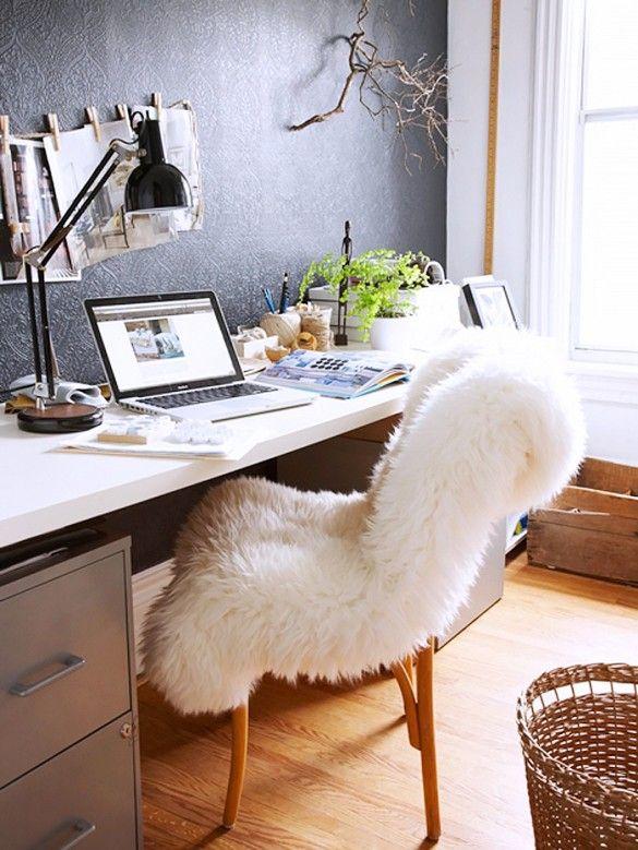 Leuke werkkamer met een heerlijk wollige stoel. #meubels #stoel