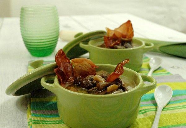 Zuppa cremosa di patate, porro e sedano rapa con pioppini e speck croccante