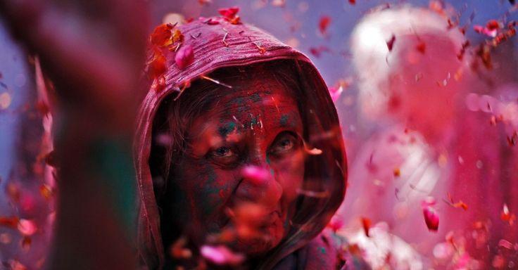 Uma viúva coberta de cores canta hinos religiosos nas celebrações Holi em Vrindavan, no estado de Uttar Pradesh, na Índia