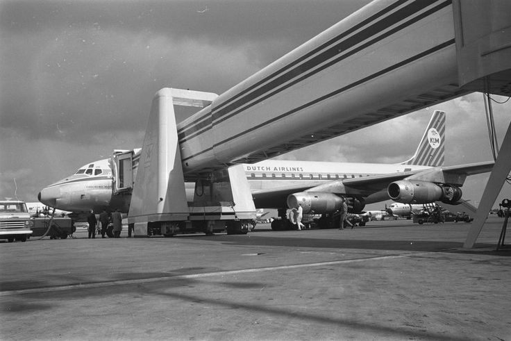 "KLM Douglas DC-8-32 PH-DCG ""Guglielmo Marconi"" connected to the terminal by a brand new jetway at Amsterdam-Schiphol, circa August 1961. (Photo: Harry Pot / Fotocollectie Anefo)"