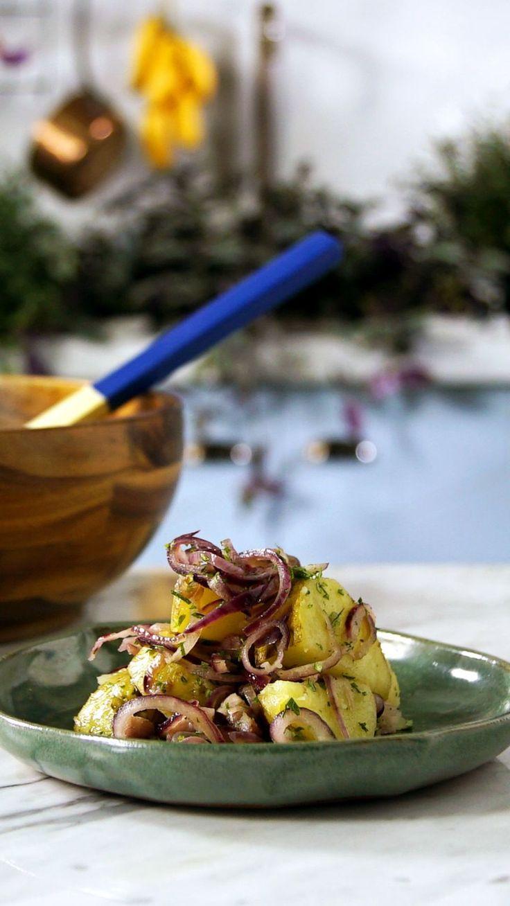 Essa deliciosa receita de salada rústica de batata é perfeita como acompanhamento daquele almoço em família.