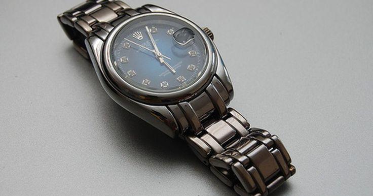 Instrucciones del reloj Rolex Oyster Perpetual. Los relojes Rolex están entre los más valorados del mundo, con diseños y características especiales, y una tecnología que permite un movimiento suave de la mano, una precisa puntualidad y un diseño de alta costura. De sus muchos modelos, el Oyster Perpetual es sencillo, aparentemente tradicional y fino en sus líneas. Fue el primer reloj hermético ...