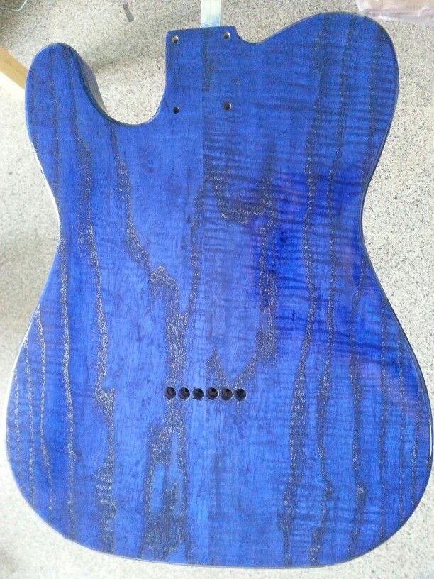 Verniciatura body e top per chitarra elettrica. Tinta blu. Prima mano di trasparente.