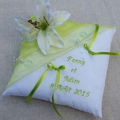 Coussin mariage vert anis et blanc avec texte personnalisé brodé décor lys, perles, goutte
