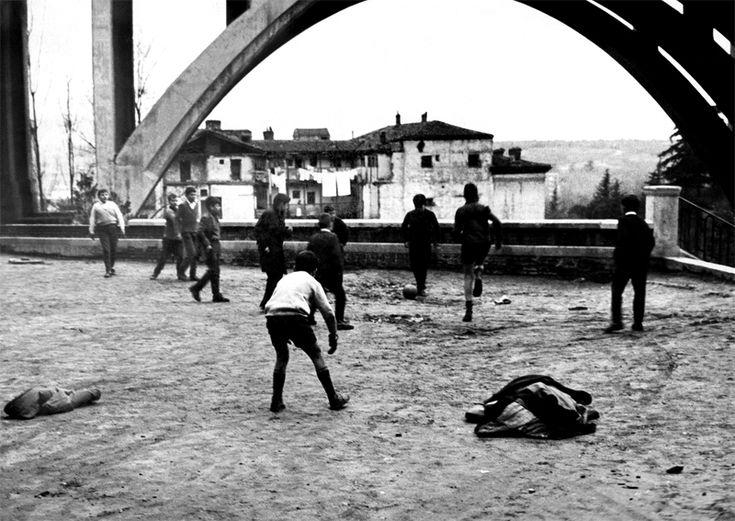Jugando bajo el viaducto.                                              Madrid 1965.