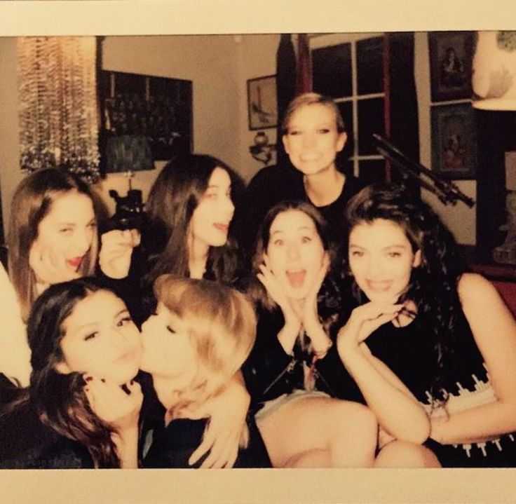 taylor swift and selena gomez and ella Gouldinf | Selena Gomez,Taylor Swift, Lorde, Karlie Kloss et leurs amies
