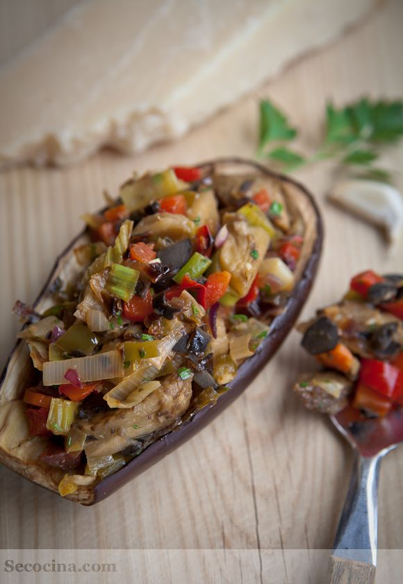 Estas berenjenas rellenas de verduras son un plato ligero que a mí me sirve de plato único. Las acompañé con un poco de cuscús: mezclado con las verduras estaba delicioso.