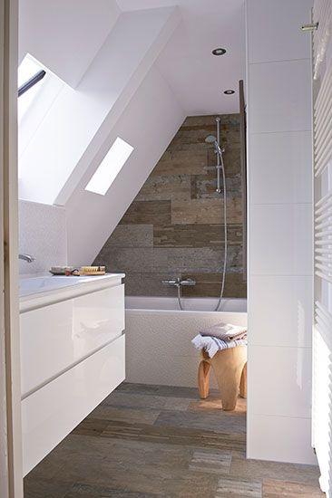 Badkamer op zolder met tegels uit de VT Wonen tegelcollectie #badkamer #zolder #tegels