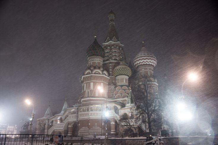 Собор Василия Блаженного в снегопад ночью