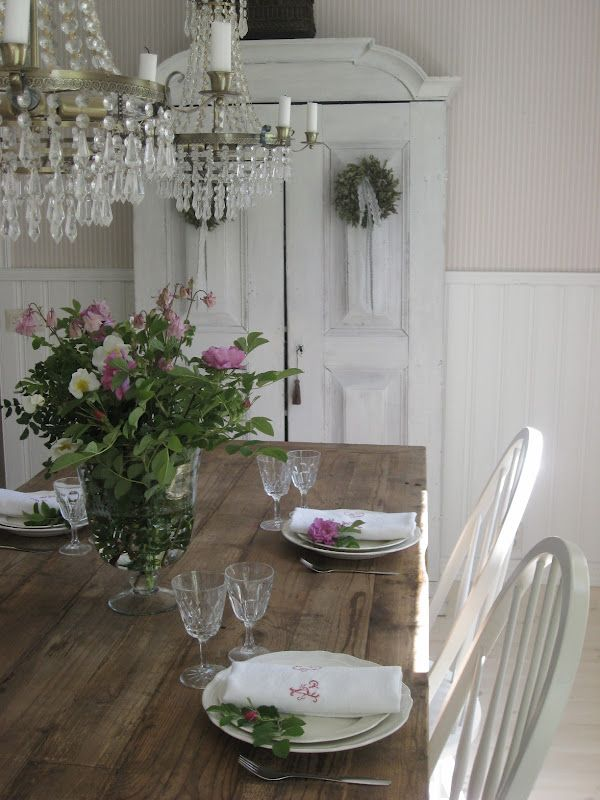 I love this shabby chic feel of this dining area the for Beautiful dining table centerpieces