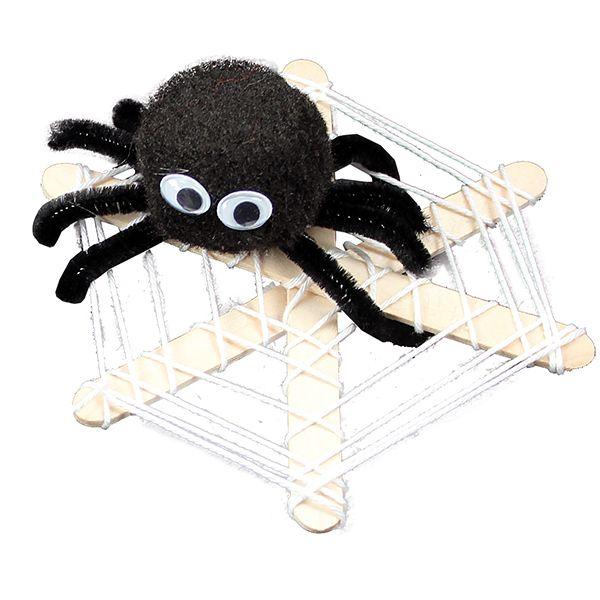 Pompomista ja askartelupunoksesta valmistettu hämähäkki jätskitikuista ja puuvillalangasta valmistetussa seitissä.