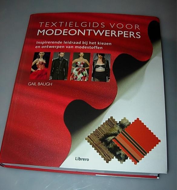 """Boek: """"textielgids voor modeontwerpers"""". Boek met duidelijke afbeeldingen en uitleg over verschillende textielsoorten. In het boek vind je ook meer informatie over vezels en extrusieprocessen van synthetische vezels."""