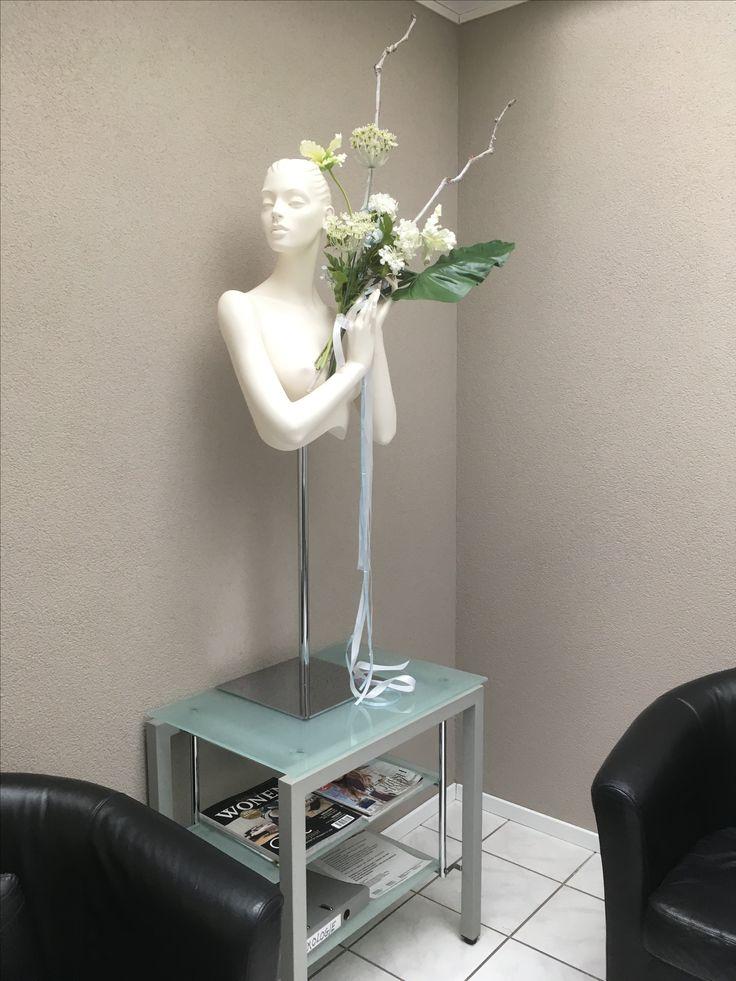 Voorjaars decoratie in de wachtruimte van een schoonheidssalon. Ontwerp en styling Rich Art Design.