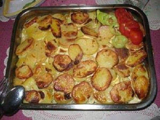 Ki szereti?  Tepsis krumpli tarjával! hozzávalók  • burgonya • csontozott karaj • vöröshagyma • tojás • zöldpaprika • vaj • só • bors • pirospaprika...