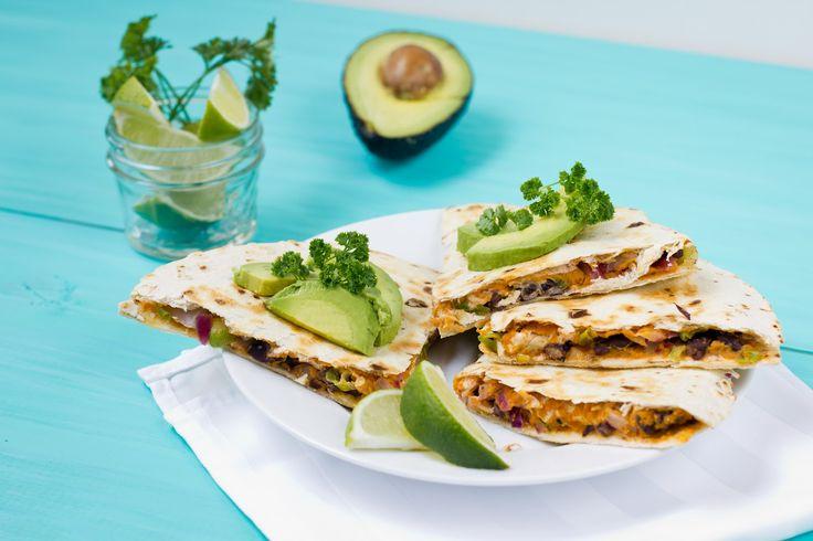"""Vegane Quesadilla """"mexikanisch"""" mit schwarzen Bohnen, Hummus und Avocado"""