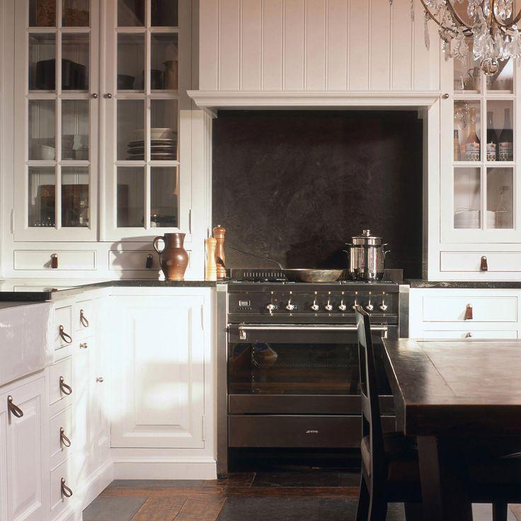 Keuken op maat in geschilderde esdoorn, grond in teakhout en Belgische blauwe hardsteen.
