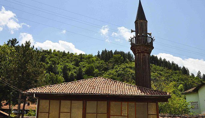 Gümüşhacıköy'de bulunan 150 yıllık tahta minare zamana direniyor