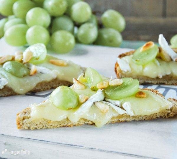 Tostada caliente con brie y uvas | L'Exquisit
