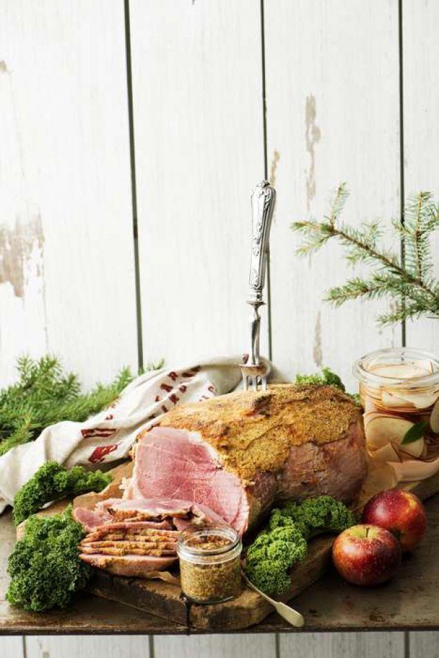 Okrönt kung på julbordet är naturligtvis julskinkan. Varför inte pröva Elisabeth Johanssons ljuvliga variant från omslaget? Här är hennes recept med picklade äppelskivor till.