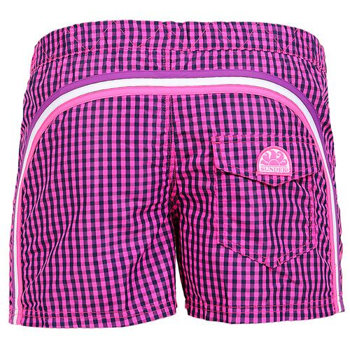 MICRO VICHY PRINT FUXIA SHORT SWIM SHORTS WITH ELASTIC WAIST AND BUTTON CLOSURE Fuxia short swim shorts with micro vichy print. Elastic waistband and button closure. Three rainbow bands on the back. Back Velcro pocket with Sundek logo detailing. COMPOSITION: 100% POLYESTER. Model wears size M he is 189 cm tall and weighs 86 Kg.