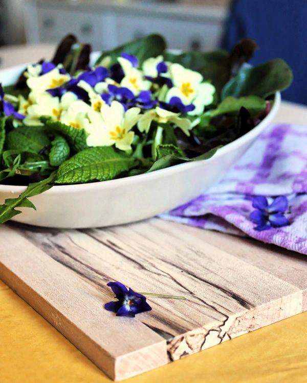 L'insalata di primule, viole e cicorini selvatici: come portare i fori in tavola