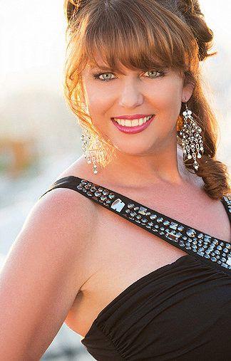 Astrid D - braune Haare - blaue Augen - Grey Modelagentur