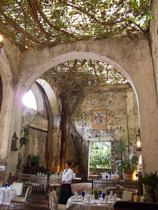 HACIENDA DE CORTES Restaurant und Hotel • Cuernavaca, Morelos, MEXIKO • Dies ist ein wunderschöner Ort, umgeben von Hunderten von Bäumen. Hier wird traditionelle und moderne mexikanische Küche mit frischen Zutaten vom eigenen Bauernhof serviert. Einst eine Zuckermühle in den 1500er Jahren, ist das Gelände heute eine Ruine, um die der Ort gebaut ist. • 777 315 8844 • www.hotelhaciendadecortes.com.mx
