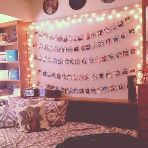 Hang photos with clothespins on a string #dormideas #smallspacestyle