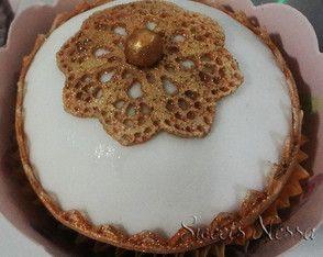 Cupcake Renda Ouro Renda de açúcar, pérolas e fondant deixam esse cupcake super especial.