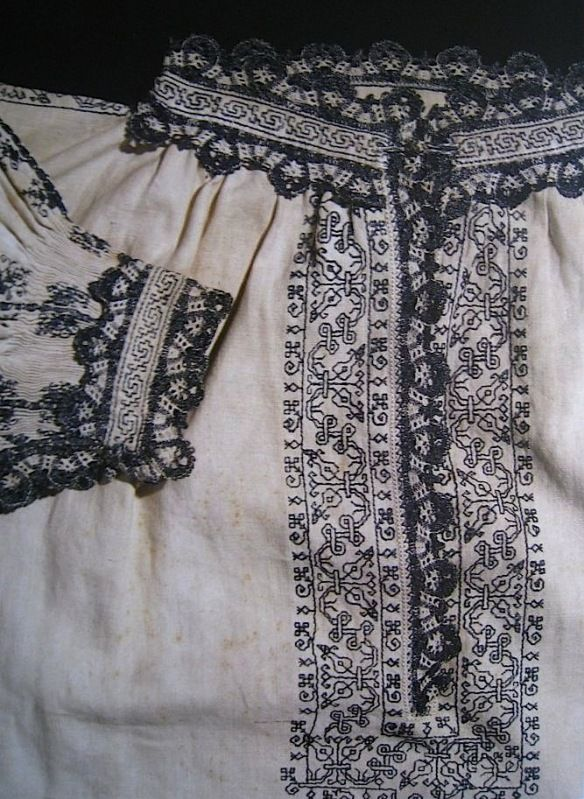 Man's shirt, linen with blue silk embroidery and bobbin lace. Knee-length, late 16th century. From The Textile Museum in Prato. shirtlate16thcprato1.jpg Photo by operafantomet   Photobucket