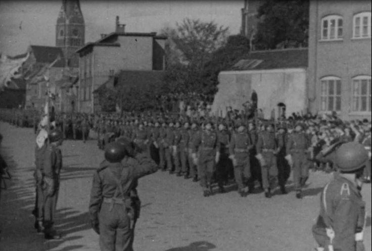 Poolse 1ste Pantserdivisie lopen mars door straten in Breda.
