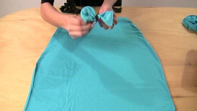 Apprenez comment transformer un simple t-shirt en une petite robe déguisement !