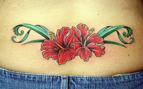 Flores rojas centradas con estilo de hojas verdes largas y luminosas, con sus respectivas sombras que se encuentran en la parte inferior de la espalda. Si se ven más tatuajes de flores se pueden notar que existen varias maneras diferentes de plasmar ya sea una flor, o un tatuaje en la espalda.