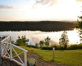 Prachtig gelegen naast het meer Ånimmen ligt een van Dalslands mooiste parels. In deze omgeving , bent u welkom om een ontspannen weekend door te brengen met prachtige outdoor ervaringen of een conferentie voor het bedrijf te boeken. Uiteraard zullen wij er alles aan doen om u een onvergetelijk verblijf bij ons te bezorgen!