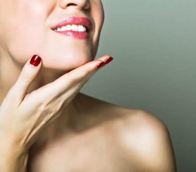 Cómo aclarar el vello facial con agua oxigenada. Las mujeres con vello facial hacen lo imposible para disimular la existencia de estos: se puede depilar o, bien, se puede aclarar con diferentes productos. Uno de ellos es el agua oxigenada, un aclara...