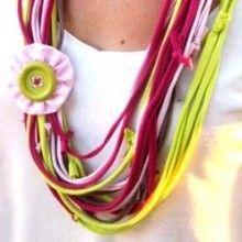 Un collier Récup aux allures ethniques, sans fil ni aiguille… une paire de ciseaux, des vieux tee-shirt et un peu d'agilité suffiront à réaliser ce joli {DIY}