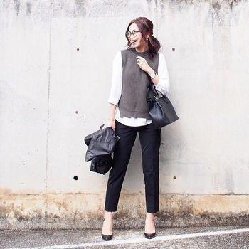 ざっくり編みが可愛いニットベストを主役にしたコーディネート。黒のきれいめパンツと合わせるとオフィスでも違和感ナシ♪  トップス:ユニクロ ミドルゲージクルーネックベスト