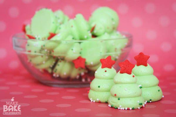 Γι αυτά τα πανέμορφα και εντυπωσιακά Χριστουγεννιάτικα δεντράκια θα χρειαστείτε: 4 ασπράδια των αυγών 1 1/3 κούπα ζάχαρη…