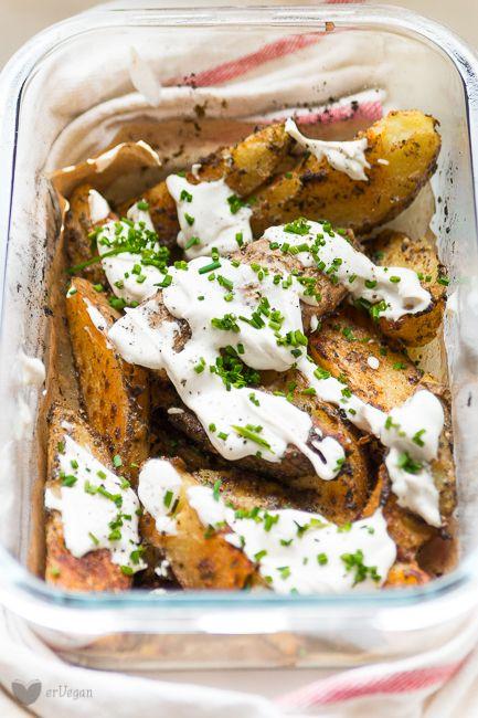 Gdynadchodzi zima, wmojej kuchni nadchodzi sezon napieczone ziemniaki. Ogrzany ciepłem piekarnika miksuję orzechy naśmietankę, którą polewam chrupiące ziemniaki. Taki comfort food toja rozumiem! Zimno, ciemno igłucho. Zima ześniegiem ikrótkimi dniami toświetna okazja dowłączenia piekarnika, którynie… Read More
