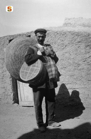 Sardegna DigitalLibrary - Immagini - Venditore ambulante di cestini e setacci