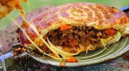 Kerriemaalvleis jaffels met kaas en paprika Bestanddele • sonneblomolie vir panbraai • 1 middelslag-ui, fyngekap ... • 1 eetlepel kerr...