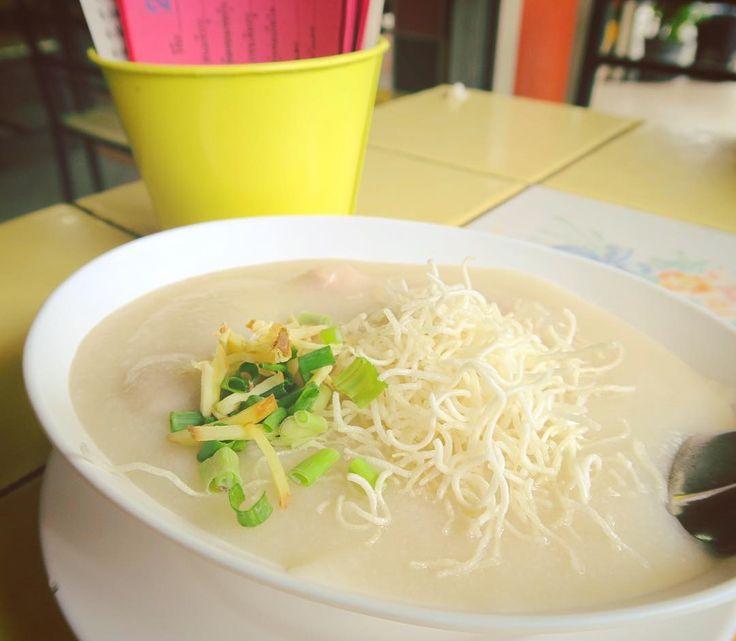Breakfast rice porridge with pork dumplings.  朝ごはん まるで糊のよう米粒の存在を感じないぽってりとしたおかゆ いわゆるおかゆとはちょっと違う舌触り . . . #chiangmai #thailand #northernthailand #thai #trip #travel #worldtraveler #thaifood #food #foodie #porridge #チェンマイ #タイ #タイ料理 #旅 #おかゆ #congee #世界のごはん